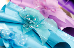 Photo: colorful gift wrapping with decorative bow © Messe Düsseldorf