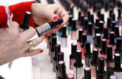 Photo: Nail polish bottles and red painted fingernails of a woman © Messe Düsseldorf